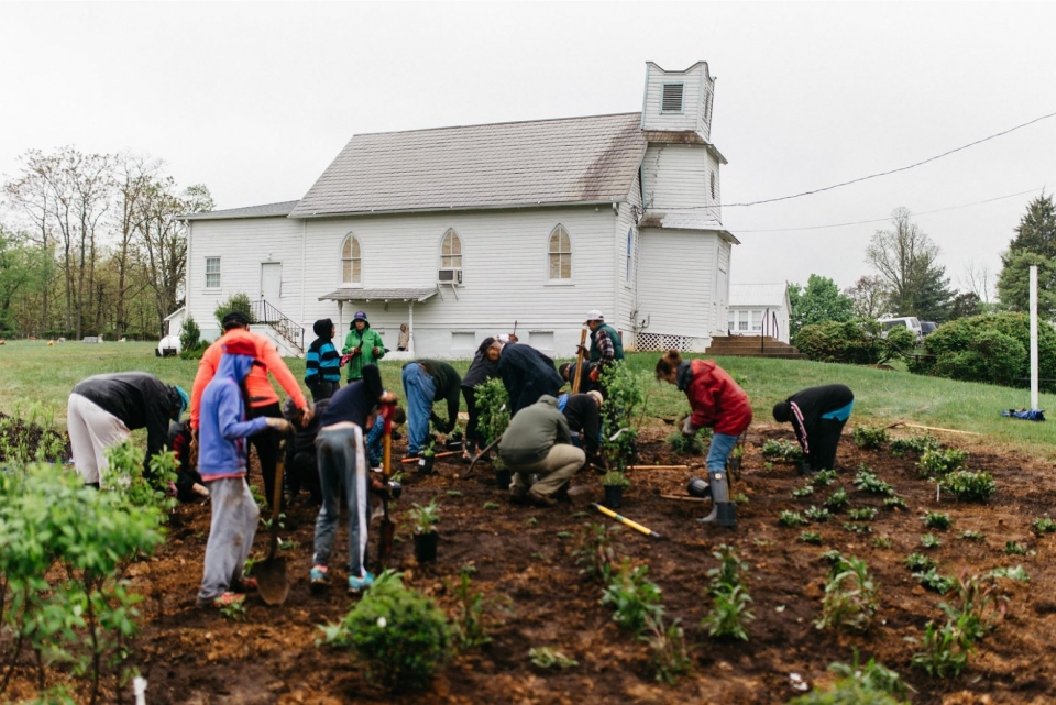 Volunteers working on the first day of the Pleasant View project. (Photo by Caitlin Moulton)